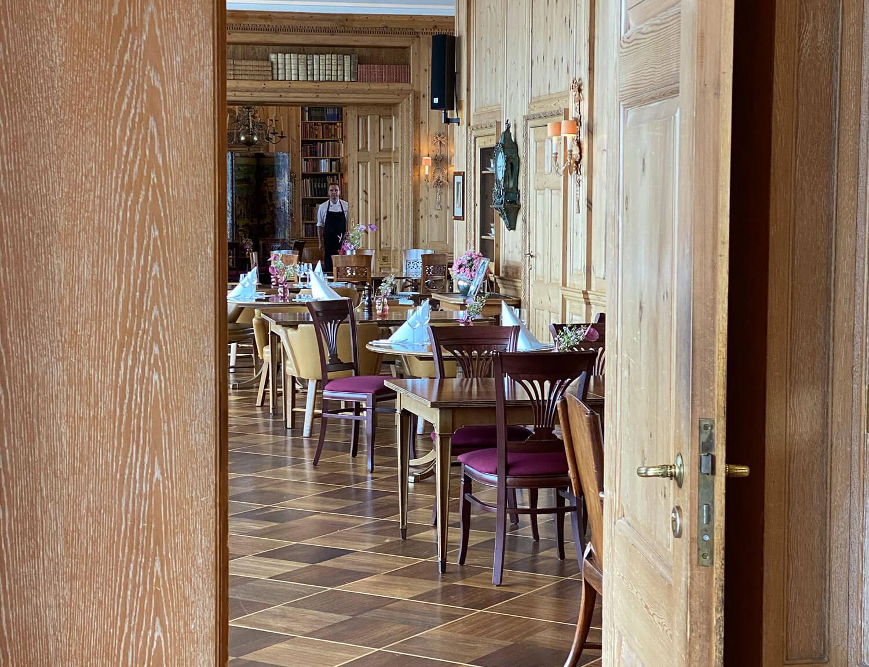 Blick durch die Eingangstür vom JOURNALISTENCLUB
