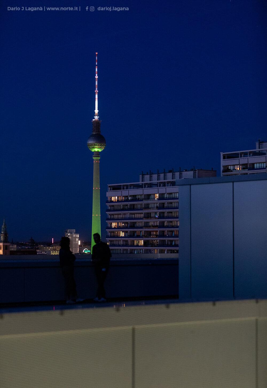 Der Blick auf den Fernsehturm bei Nacht von der REM