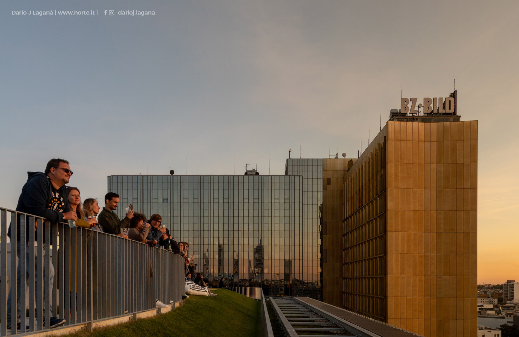 Axel Springer employees on the REM roof terrace, in the background the old Axel Springer high rise
