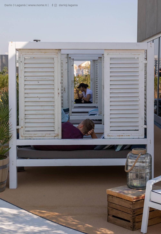 Menschen liegen in Daybeds in der REM auf dem Axel-Springer-Rooftop