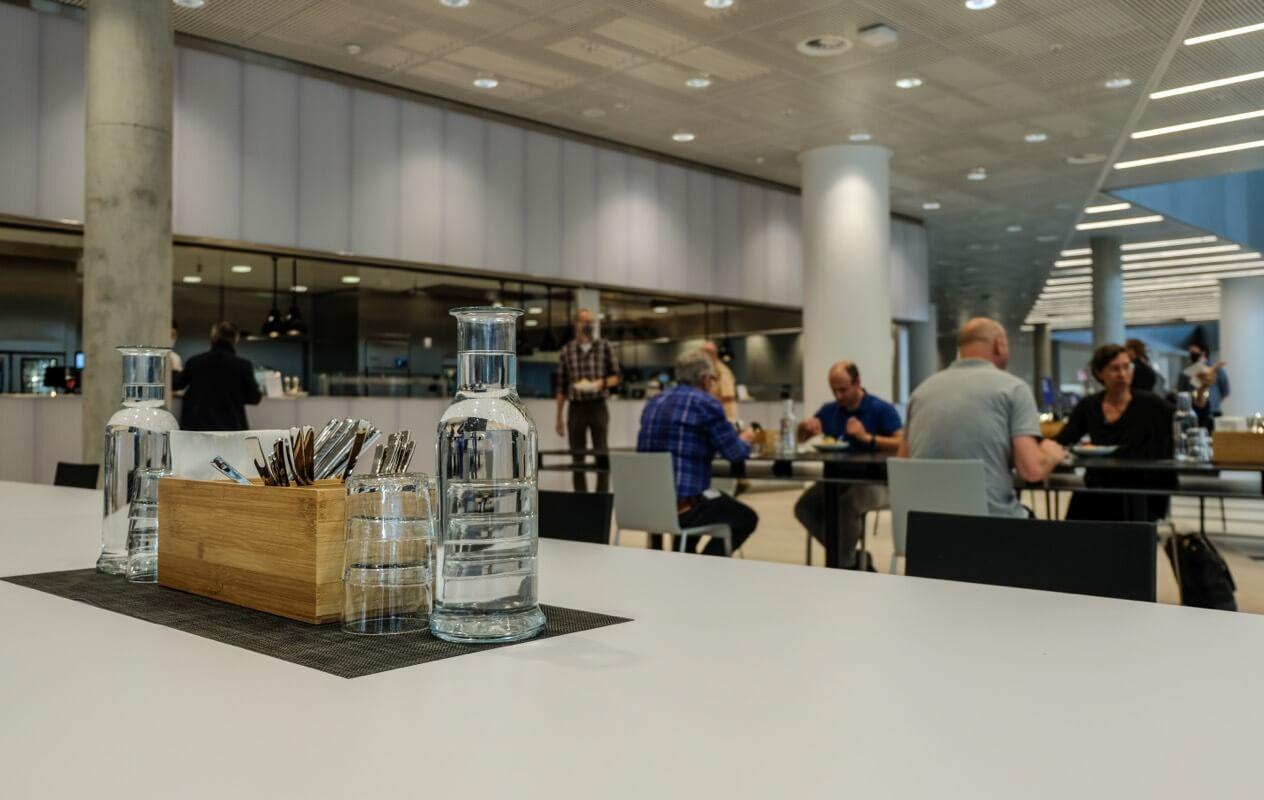 kostenloses Wasser auf einem Tisch der CANTEEN