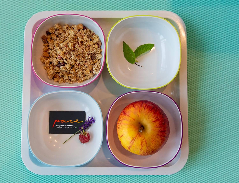 Frühstücksschalen mit Müsli und Obst im DELI